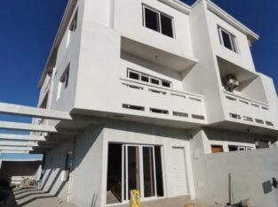 ARRENDA-SE Moradia Geminada tipo3 Triplex no bairro de Mapulene (costa Sol)